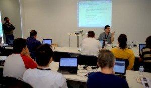 Daniel Domene explicando cómo resolver un sistema de EDOs con Python