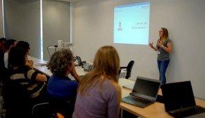 Zuria Bauer explicando las dificultades de Python para un novato/a
